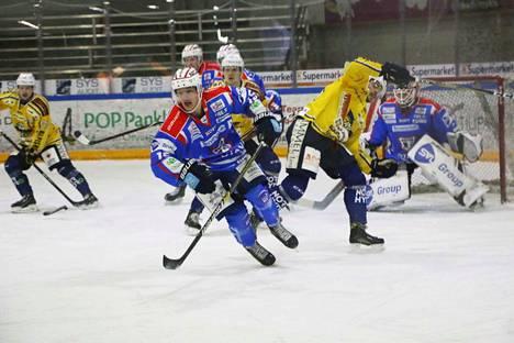 Valtteri Pihlajamäki näytti hallitsevansa kovien taklauksien ohella kiekollisen osaamisen. Rovaniemellä syntyi tehot 1+2.