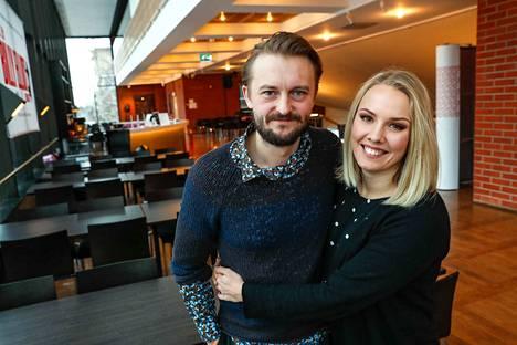 Antti Mikkola ja Emmi Kaislakari ovat olleet yhdessä kolme vuotta. Yllättäviin tositapahtumiin perustuva Avustettu itserakkaus on heidän ensimmäinen yhteinen näytelmänsä.