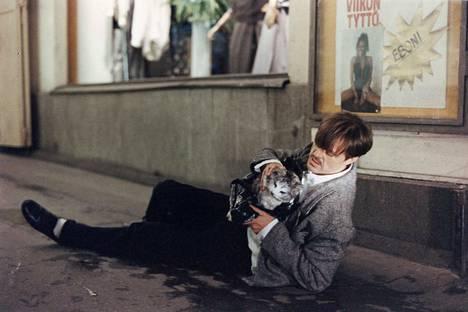 Claes Olsson on Tom, joka on humoristisessa keski-ikäkuvauksessa Elvis-kissan jäljillä.