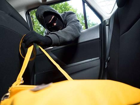 Sarjavaras kähvelsi asiakkaiden käsilaukkuja tietyllä menetelmällä kauppojen parkkipaikoilla. Kuvituskuva.
