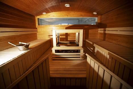 Vapriikin sauna on tilattavissa yhdessä saunakabinetin kanssa. Tilaa on hulppeasti ainakin 12 saunojalle yhtä aikaa. Näkymä ikkunasta on näyttelyhallin läpi Tammerkoskelle.