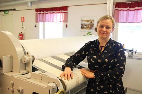 Monika Rehakka kertoo, että kuvassa näkyvä pesulan mankeli on 90 vuotta vanha ja se toimii edelleen moitteettomasti.