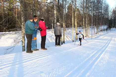 Kannustusjoukot kannustivat Nakkilan Vireen Milja Anttilaa.