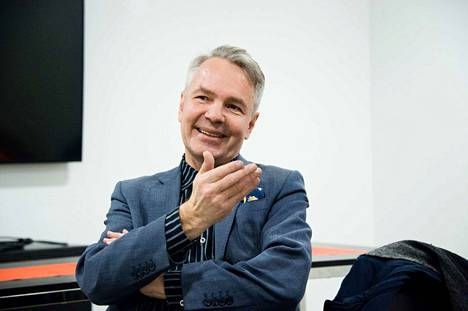 Vihreiden puheenjohtajana Pekka Haavisto matkustaa ympäri Suomea vaalityön perässä. Matkat hän kuuntelee äänikirjoja. Nyt luureissa kuuluu Jukka Kariston Vankina Venäjällä.