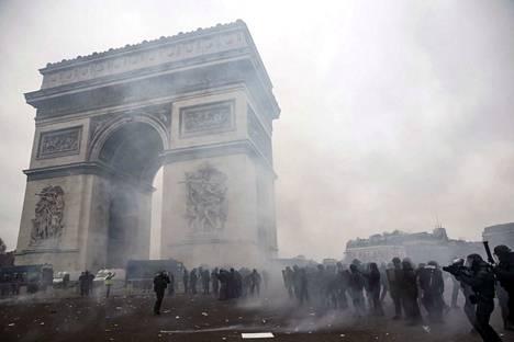 Poliisi oli varautunut mielenosoituksiin Pariisissa 5 000 poliisin voimin.
