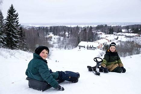 Punaposkiset kaverukset Emil Rantanen, 8, ja Lari Tiira, 8, olivat laskeneet rinteen ja kivunneet ylös jo neljä kertaa päivän aikana. Tarkoitus oli toistaa homma vielä monta kertaa.