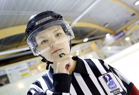 Anniina Nurmi oli toinen päätuomareista Kanadan ja USA:n välisessä, alle 18-vuotiaiden tyttöjen MM-finaalissa.