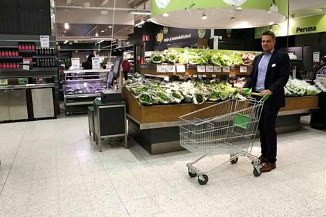 Sokoksen ryhmäpäällikkö Ville Inkilä osallistui Moron ostoskärrykokeeseen Sokos Herkun vihannesosastolla. Katutason kerros ja ensimmäinen kellarikerros ovat kallellaan Hallituskadun suuntaan.