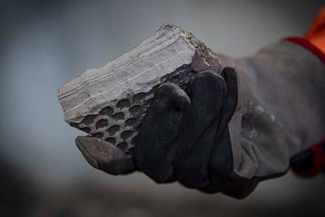 Fortumin tuhkanjalostamossa Porin Mäntyluodossa on toistaiseksi tehty onnistuneita koeajoja ja suljetun kierron testausta. Tuhkasta pestään suola pois. Raskasmetallit puolestaan sidotaan tuhkaan ja puristetaan tällaiseksi lopputuotteeksi, joka ajetaan kaatopaikalle Porin Peittooseen.