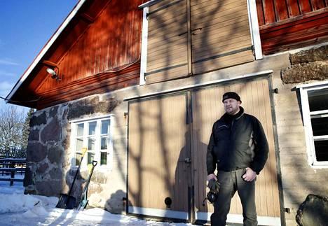 Juha Jaakkola kylvää tulevallekin satokaudelle tekemänsä viljelysopimuksen mukaisesti.