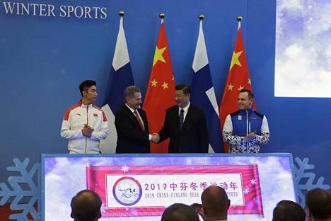 Avaus. Suomen presidentti Sauli Niinistö ja Kiinan presidentti Xi Jinping avasivat Suomen ja Kiinan yhteisen talviurheiluvuoden maanantaina Pekingissä.