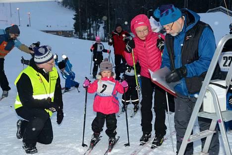 Näin asettui Alisa Pikkuharju lähtöviivalle Nuorisohiihdoissa viime talvena. Nyt talven kolmen osakilpailun sarja alkaa jälleen.