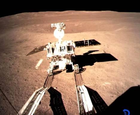Ryömijä lähti emoaluksesta tutkimaan ympäristöä Kuun kaukaisemmalla puolella.