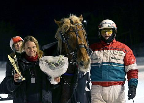 Heidi Ahosen (kuvassa) ja Sanna Pulkkisen omistama Jyllätys ravasi voittoon Teivossa. Hevosta ohjasti Juha-Pekka Ahonen.