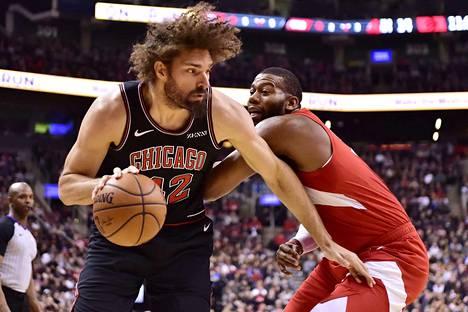 Chicago Bullsin Robin Lopez (42) otti harjoituksissa yhteen joukkueen pelinjohtajan Kris Dunnin kanssa.