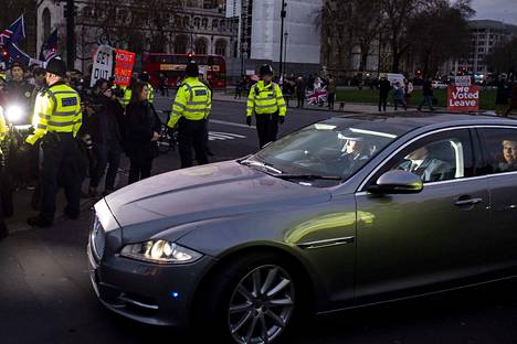 Britannian pääministeriä Theresa Mayta kyydittiin parlamenttitalolle brexitiä vastustavan mielenosoituksen edestä maanantaina.