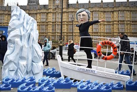 Pääministeri Theresa May tulee törmäämään jäävuoreen, ennustavat Brexitin perumista kannattava mielenosoittajat Titanic-elokuvaa mukailevassa installaatiossaan.