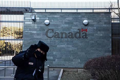 Kanada ja Kiina ovat joutuneet yhä syvenevään diplomaattiseen kiistaan. Vartija esteli Kanadan suurlähetystön kuvaamista Pekingissä.