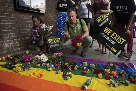 Mielenosoittajat muistuttivat seksuaali- ja sukupuolivähemmistöjen oikeuksista Tshetsheniassa ja Venäjällä kesäkuussa 2017. Protesti pidettiin Venäjän suurlähetystön edustalla Lontoossa.