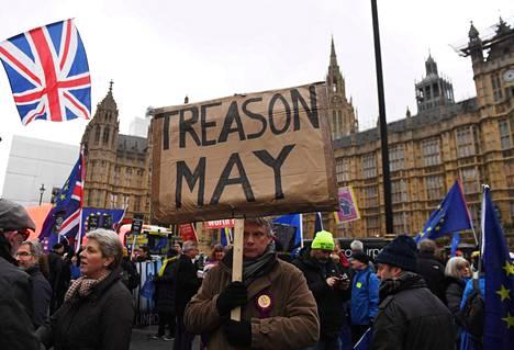 Britannian poliittinen sekasorto tuskin helpottaa tiistain erosopimusäänestyksenkään jälkeen. Edessä on monia isoja kysymyksiä hallituksesta ja uusista vaaleista koko erosopimuksen ehtojen mahdolliseen muuttamiseen.