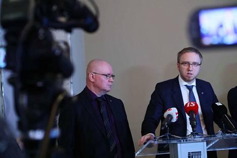 Hallituspuolue siniset esitteli omaa vaatimuslistaansa maahanmuuttoa säätelevien lakien kiristämiseksi. Listaa esittelemässä työministeri Jari Lindström ja sinisen eduskuntaryhmän puheenjohtaja Simon Elo.