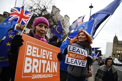 Brexitin eli Britannian EU-eron kannattajat kokoontuivat tiistaina Lontoossa parlamenttitalon edustalle.