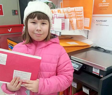 Viivi Raunio postitti lahjoittamansa hiukset Little Princess Trust -järjestölle. Viivin lahjoitushiukset päätyvät syövän takia hiustensa menettäneiden lasten peruukkeihin.