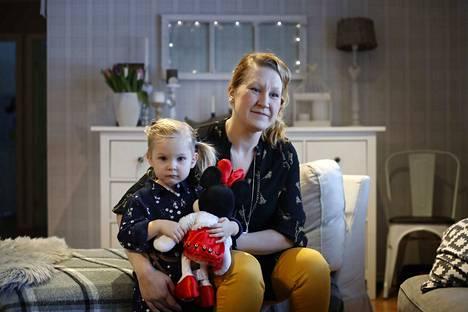 Pomarkkulainen viiden lapsen äiti ja vanhempainyhdistysaktiivi Marjaana Setälä-Hietanen on myös Suomen Vanhempainliiton johtokunnan tuore jäsen. Syliin on kiivennyt perheen kuopus Hilda Hietanen.
