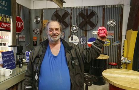 """Timo """"Tinke"""" Rajala tuli lahjoittamaan yrittäjälle pinkin pääkallon koristeeksi tiskille. –Harrastan Amerikan autoja, niin jos täältä sattuisi jotain herkkuja löytymään."""