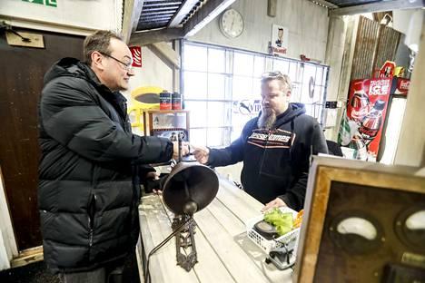 Juha Nieminen hankki Äijäkirppikseltä heräteostoksena 50 euron vellikellon.