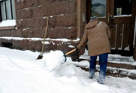 Lumitöitä voi helpottaa oikealla tekniikalla, pitävillä kengänpohjilla ja oikeanlaisilla välineillä.