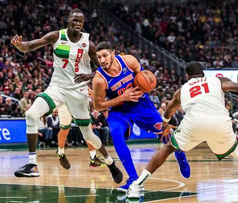 Sentteri Enes Kanter (kesk.) edustaa NBA:ssa New York Knicksia. Tämän kauden 41 ottelua ovat tuoneet pistekeskiarvon 14,4.