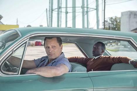 Hölösuinen autonkuljettaja Tony Vallelonga (Viggo Mortensen ) kuskaa aatelisen tavoin käyttäytyvää huippupianisti Don Shirleyä (Mahershala Ali) draamakomediassa Green Book.