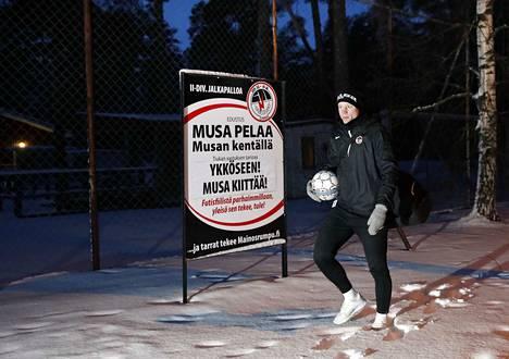 Ronald Karlsson on täynnä intoa päästessään pelaamaan entistä korkeammalla sarjatasolla. Ainoa asia, joka harmittaa, on lähtö intiimiltä Musan kentältä Porin stadionille.