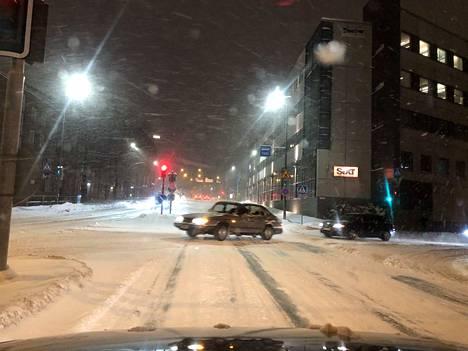 Tällainen ajokeli oli kello seitsemän jälkeen Hatanpään valtatiellä Tampereella.