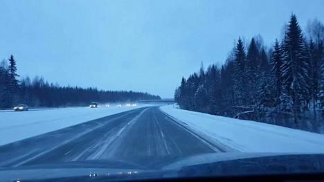 Liikenne kulki maanantaina aamulla moottoritiellä rauhallisesti.