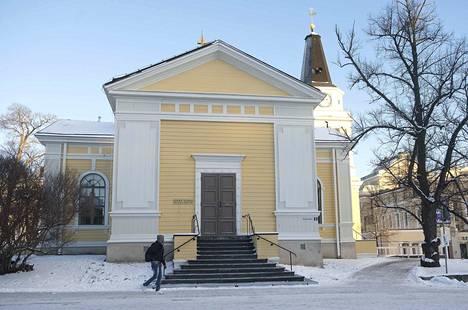 Vanha kirkko sijaitsee keskeisellä paikalla Keskustorin laidalla.