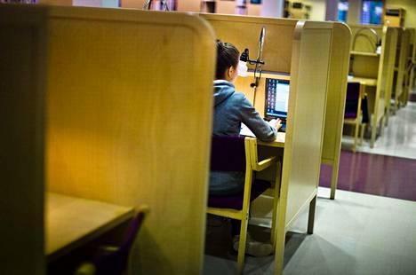 Opintotuen tulorajat eivät kannusta työntekoon. Palkansaajien tutkimuslaitoksen selvityksessä pohdittiin vaihtoehtoisia tapoja asettaa nykyiset opintotuen tulorajat.