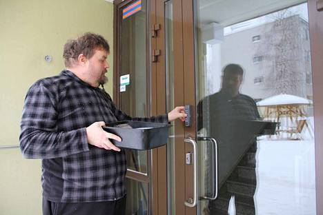 Jani Hippeläisen piti muistaa torstain lounasruuanjakelureitillä vain yksi ulko-oven koodi. Joihinkin taloihin hän pääsee avaimella, jonka asiakas tai hänen edustajansa on hankkinut ateriapalvelun käyttöön.