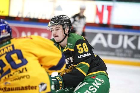 Ilveksen Samuli Vainionpää ottaa kolmosketjun keskeltä Jerry Ahtolan paikan illan Kärppä-ottelussa.