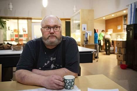 Sininauhassa asuva Pekka Sillanpää nauttii aamiaisseurasta ja siitä, että näkee oman kätensä jäljen. Mies on nimittäin entinen kokki.