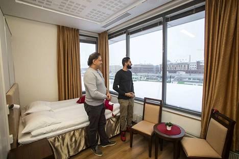 Ranjit (vas.) ja Vikramjit Saini perustivat Tampereen uusimman hotellin keskeisistä keskeisimmälle paikalle. Ikkunasta näkyy rautatieasema.