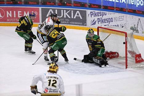 Jani Hakanpää viimeisteli Kärpille kaksi maalia jo avauserässä. Tässä hän ujuttaa kiekon sisään Jarkko Parikan jaloista.