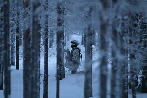 Kurssilaisten päivä on pitkä. Hyökkäysharjoituksen jälkeen he jatkavat hiihtämistä yön yli takaa-ajettuina.