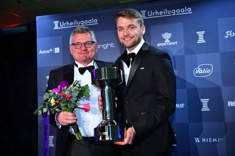 Salibandymaajoukkue valittiin Vuoden joukkueeksi. Päävalmentaja Petteri Nykky ja kapteeni Nico Salo kävivät hakemassa palkinnon.