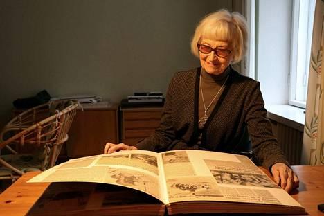Pirkko-Liisa Lehtosalo-Hilanderilla on kansiokaupalla lehtileikkeitä Luistarista ja muista mielenkiintoisista kaivauksista.