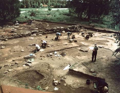 Luistarin kaivauksia vuodelta 1984. Etualalla seivovan hattupäisen naisen kohdalta löytyi Euran enemmän hauta.