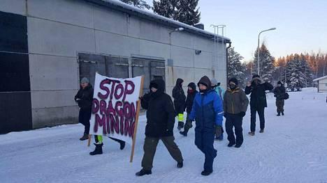 Dragon Miningin Sastamalan rikastamolle saapuneet mielenosoittajat kantoivat Valkeakosken mielenosoituksesta tuttua kylttiä 'Stop Dragon Mining'.