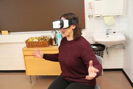Mäntän seudun koulutuskeskuksen lähihoitajakoulutuksen opettaja Anne Päivärinta testasi virtuaalilaseja perjantaina. Ne veivät hänet mukaan sirkusesitykseen. Kuvaushetkellä hän näki vierellään klovneja.