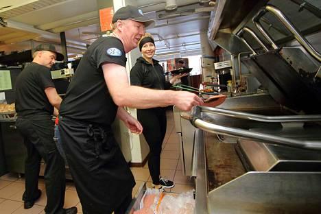 Ketjujohtaja Miikka Haapala on tuttu näky Kankaanpään XMealin keittiössä. Mies tekee muun muassa paistovuoroja säilyttääkseen tuntuman pikaruokakenttään. Taustalla työskentelevät Teemu Haataja ja Erja Vilander.